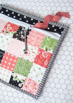 Lella Boutique: Fat Quarter Shop's Simple Zipper Bag by Sherri McConnell. Fabrics are Olive's Flower Market by Lella Boutique for Moda (shipping November 2016). Small Sewing Projects, Sewing Projects For Beginners, Sewing Hacks, Sewing Tips, Patchwork Bags, Quilted Bag, Fabric Crafts, Sewing Crafts, Tape Crafts