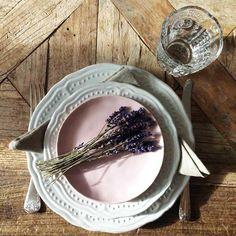 LANTLIG mattallrik & assiett I off white. Lavendelfärgat till!  http://www.dukat.se/product/assiett-off-white-lantlig