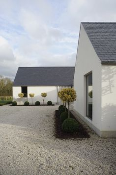 New build house in Co. Carlow, completed The H plan form, making two open courtyards, maximises light and views while placing the double height hallway at the heart of the house. The form of buildings echoes low eaved and grounded. Cozy Backyard, Backyard Seating, Backyard Ideas, Exterior Tradicional, House Designs Ireland, Rural House, Bungalow House Design, Modern Farmhouse Exterior, Modern Bungalow Exterior