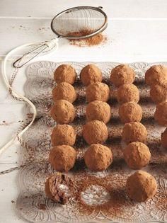 troufakia me kastano Greek Christmas, Christmas Sweets, Greek Desserts, Greek Recipes, Chocolate Treats, Chocolate Truffles, Greek Cookies, Cupcakes, Food To Make