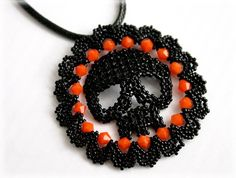 Halloween skull pendant beading TUTORIAL by AsszaBeadingArts on Etsy. This listing is for the Pdf tutorial only. The finished product is not included, there are no supplies included. Halloween Schmuck, Halloween Beads, Halloween Jewelry, Halloween Skull, Halloween Projects, Seed Bead Jewelry, Seed Beads, Beaded Jewelry, Silver Jewelry