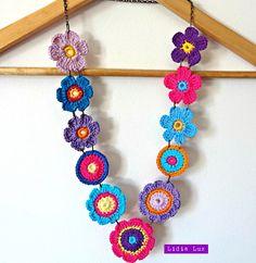 Block of flowers, crochet necklace - DIY Schmuck Crochet Motifs, Crochet Flower Patterns, Crochet Designs, Crochet Flowers, Bracelet Crochet, Crochet Necklace Pattern, Crochet Earrings, Textile Jewelry, Fabric Jewelry