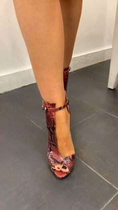 Buying Designer Shoes does not only pertain to shoes that have high heels or those that are too delicate to be used on the sidewalk. Sexy High Heels, Beautiful High Heels, Platform High Heels, Talons Sexy, Shoe Boots, Shoes Heels, Expensive Shoes, Minimalist Shoes, Prom Shoes