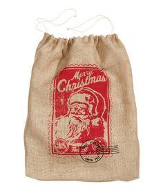 Weihnachtssack 9,99 Weihnachtssack aus Jute mit Motivdruck und Kordelzug. Größe 15x60x80 cm. DETAILS 100% Jute. Maschinenwäsche 30˚ Art.-Nr. 51-0565