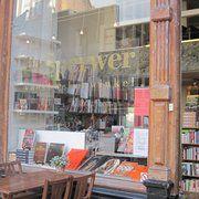 Kookboekwinkel de Sperwer heeft VEEL mooie kookboeken. Op zaterdagen wordt achterin de winkel  (bio-) kip geroosterd om mee te nemen. Superkip.