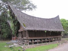 Climate: Tropical. Passive cooling method: Houses constructed on stilts not only protect against flooding and vermin, but allow for better natural ventilation and quick drying of the structure in humid climates. Built out of water-resistant wood or bamboo, the structures are raised above the ground or water.