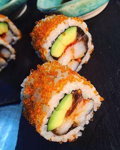 Difícil resiste a estos maki sushi... Cuáles son tus favoritos? Salmón y aguacate; atún y pepino; California roll;.... #gastronomia #food #sushi