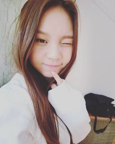 GFRIEND Umji will temporarily take a break from performing due to a leg injury