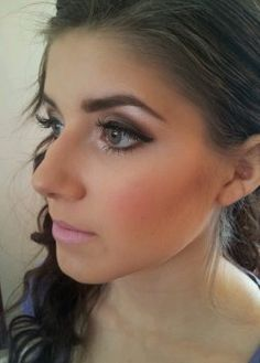 This another pretty makeup look for prom