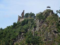 Mächtig beeindruckend: die Ruine von Burg Are auf dem gegenüberliegenden Hügel (Foto: Hans-Joachim Schneider)