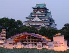 大阪に夏の到来を告げる大阪城サマーフェスティバルが今年も大阪城近辺で開催されますよ 楽器の演奏なんかのいろいろなイベントが沢山あるんです 中でも一番の目玉は大川の水面に浮かぶ天空の天の川 観光客も多くて沢山の人が来る人気イベントだから7月1日9月30日までの間に大阪に来るんだったら立ち寄ってみるといいですよ tags[大阪府]
