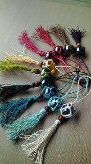 夏仕様のタッセルの作り方|その他|編み物・手芸・ソーイング|ハンドメイドカテゴリ|ハンドメイド、手作り作品の作り方ならアトリエ Make And Sell, How To Make, Knot Necklace, Diy Car, Glass Ball, Handicraft, Dream Catcher, Tassels, Diy And Crafts