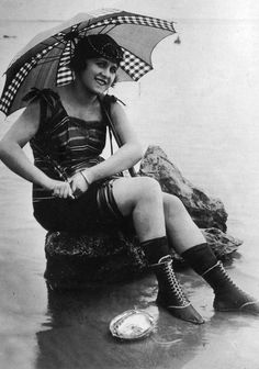 A darling vintage swimsuit back in the day. Vintage Pictures, Old Pictures, Vintage Images, Old Photos, Vintage Postcards, Vintage Love, Vintage Beauty, Vintage Ladies, Vintage Bathing Suits