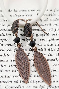 - Copper Color Brass ear wire hook - Copper Color feather charm 33 x 9 mm - Black natural stone 4 mm Copper Color, Feather, Buy And Sell, Pendant Necklace, Drop Earrings, Handmade, Stuff To Buy, Jewelry, Quill