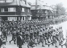 Defilé van de Grenadiers en Jagers ter gelegenheid van de 110e verjaardag van het regiment op de Ruygroklaan in Den Haag.