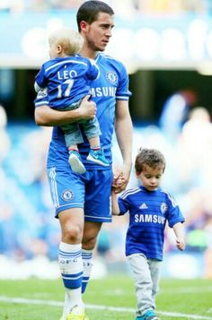 Eden Hazard with sons Fc Chelsea, Chelsea Football, Football Is Life, Football Boys, Eden Hazard Chelsea, Chelsea Fc Players, Father And Baby, Soccer Pictures, Vintage Football