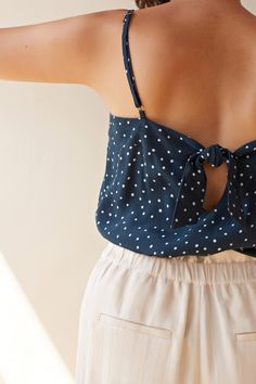 A top with thin adjustable straps, made from a viscose crepe fabric with a polka dot print. The teardrop at the back is fastened by a gorgeous little bow. Diy Vetement, Couture Tops, Crepe Fabric, Mode Outfits, Well Dressed, Timeless Fashion, Capsule Wardrobe, Baby Dress, Top Diy