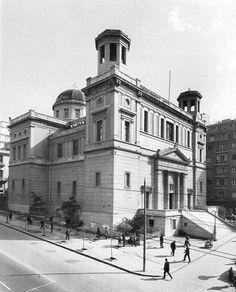O Άγιος Κωνσταντίνος είναι ένα έργο-μανιφέστο του μεγάλου Έλληνα αρχιτέκτονα Λύσανδρου Καυταντζόγλου [γεν. 1811 – † 1885]. Eκφράζει τις αντιλήψεις του για τον εξευρωπαϊσμό της ορθόδοξης ναοδομίας στην Αθήνα. Athens Greece, Old Photos, The Past, Cinema, Street View, History, Live, Travel, Greece