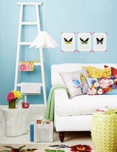 Sala de estar con sofá blanco sobre pared azul | Sitting area with white sofa and blue wall, by Joanna Henderson · ChicDecó