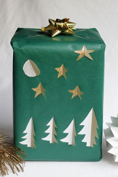 Geschenkpapier mit Cut-Outs | we love handmade Our Love, Christmas Diy, Diys, Gift Wrapping, Handmade, Brown Paper Packages, Christmas Eve, Present Wrapping, Goodies