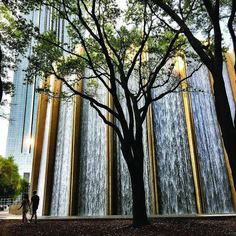 I'm in Houston - Beyonce's homeland! Wonder if she's ever visited the Water Wall here. You could go inside and it felt like you were the epicentre of a waterfall. Poket Park, Indoor Zen Garden, Contemporary Water Feature, Landscape Design, Landscape Architecture, Water Curtain, Visit Houston, Indoor Water Features, Cascade Water