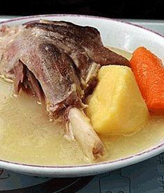 Malzemeler: 1 kilo kemikli dana eti 1 baş soğan 2 adet havuç 1 baş kereviz 5-6 adet patates 1 diş sarmısak 2-3 adet tane karabi