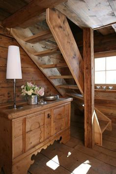 Mountain Cottage, Mountain Homes, Tiny Cabins, Cabins And Cottages, Chalet Interior, Home Interior Design, Rustic Stairs, Chalet Style, Cabin Interiors