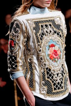 Défilé Balmain Automne-hiver Prêt-à-porter baroque influence in the structure and in the painting and finishing. Couture Mode, Style Couture, Couture Fashion, Runway Fashion, Fashion Details, Love Fashion, High Fashion, Fashion Show, Fashion Design