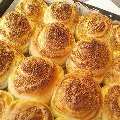Merhabalar canlar  RULO POĞAÇA 1.5 su bardağı süt(ılık)  1 çay bardağı sıvı yağ  1 pk.instant maya 1 tatlı kaşığı tuz  1 çorba kaşığı şeker arasına sürmek için 2-3 kaşık tereyağ yada margarin arasına sürmek için labne veya krem peynir yada lor  olmadı rendelenmiş beyaz peynir(ben yarım paket labne kullandım) poğaçaları batırmak için süt(ben bir çay bardağından biraz az kullandım) üstü için susam un  Normal mayalı hamuru yoğuruyoruz, mayalanması...