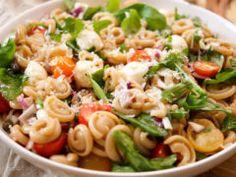 Sommer Pasta Rezept mit Tomaten, süße, rote Zwiebeln, Basilikum, Rucola, sonnengetrocknete Tomaten, Kapern und Parmaschinken mit Balsamico-Olivenöl-Dressing.