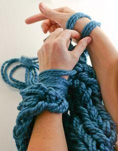 Tricô sem agulha: Americana faz sucesso usando os braços para tricotar                                                                                                                                                                                 Mais