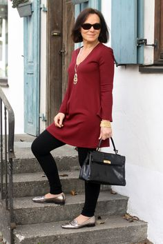 Casual chic weekend look in a burgundy tunic