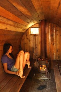 Piggies Go to Homemade Sauna! Alternative Non-Stuff Gift Ideas For 'No Gifts Please' People 2010 Green Gift Guide 47 Coolest Home Sauna Design Ideas 10 inspiring designs for the perfect lakeside sauna I dont know what the diameter on this is but it gives Diy Sauna, Sauna Ideas, Sauna House, Sauna Room, Outdoor Sauna, Outdoor Baths, Outdoor Bathrooms, Homemade Sauna, Barrel Sauna