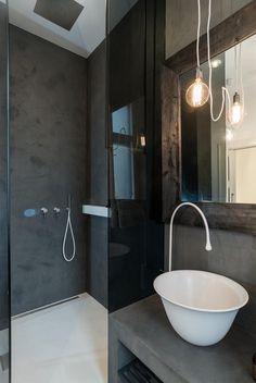 Velká walk-in sprcha má kouřové prosklení.