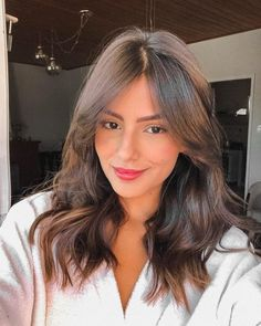Fashion celebrities always lead the trend. If you want to find the best hair and makeup, just look at their social accounts. Haircuts For Medium Hair, Medium Hair Cuts, Hairstyles With Bangs, Medium Hair Styles, Cool Hairstyles, Short Hair Styles, Haircut Medium, Beach Hairstyles, Round Face Haircuts