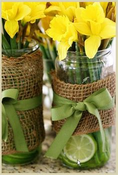 Looking for a fun springtime table idea? Use fresh daffodil flowers and freshly cut limes in a mason jar. Wrap your mason jars with burlap and green ribbon for an organic look.