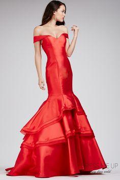 """Um clássico! Vestido ombro a ombro vermelho, digno de """"red carpet""""!  Ref. Leda Vermelho   Tam: 36/38. Alugue na Dress Me Up - Curitiba e arrase na sua festa! Agende seu horário: 41 99507-0444   3319-0343. #vestidosdressmeup #vestidovermelho #vestidodefestavermelho #vestidodefesta #vestidolongovermelho"""