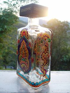 As garrafas são as minhas xodós, adoro pintá-las e principalmente em desing diferentes como essas que recebi de um grande amigo.  Os desenho...