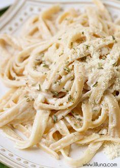 Easy and Quick Fettucine Alfredo - takes just 15 minutes to make! { lilluna.com }