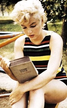 Intimate and honest picture of Marilyn Monroe reading James Joyce's Ulysses. Marilyn Monroe Photos, Marylin Monroe, Hollywood Glamour, Old Hollywood, Arnold Photos, Cult Of Personality, James Joyce, Woman Reading, Norma Jeane
