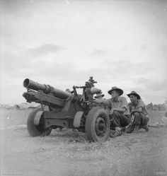 Australian crew of a Baby 25 pr field gun in Markham Valley, New Guinea, 28 Aug they were Sergeant J. Kennedy, gunner J. Kirby, and gunner T. Ww2 Pictures, Military Pictures, Historical Pictures, Anzac Day, Military Diorama, Military History, Ww2 History, Vietnam War, World War Two
