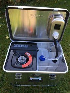 """Die Neue Campingbox """"Starter 4x4"""" ist eine hochwertige Vollaluminiumbox mit 1 mm dicken Aluminiumseitenwänden, sie hat die Maße 57 cm breit, 38 cm tief und 36 cm hoch. Die Box ist der Einstieg in die Campingmoebel.4x4 Welt. Die Box hat im Deckel ein integriertes Edelstahlwaschbecken und ein 12 V Wasserhahn mit einer 12 V Tauchpumpe. Es gibt einen Frisch- & Abwassertank. In der Box ist ein Kartuschenkocher integriert, darunter ist viel Stauraum und ein Campinggeschirrset mit ..."""