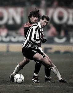 Zinedine Zidane and Paolo Maldini leyendas Football Hair, Football Icon, Best Football Players, Football Is Life, Retro Football, World Football, Sport Football, Soccer Players, Vintage Football