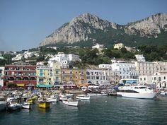 Marina Grande es el puerto principal de la isla de Capri , al norte de la principal ciudad de Capri y al pie del Monte Solaro .