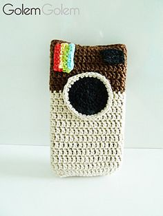 I found very nice the idea of a mobile case inspiring at Instagram app, but I never could find a pattern that I liked so I decided to invent one.