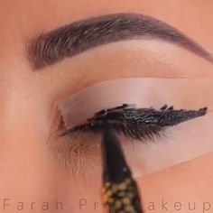 A winged eyeliner might just be the best addition to the loo.- A winged eyeliner might just be the best addition to the look! A winged eyeliner might just be the best addition to the look! Eyeliner Hacks, Eyebrow Makeup Tips, Makeup Eye Looks, Eyeliner Styles, Eye Makeup Steps, Best Eyeliner, No Eyeliner Makeup, Makeup Videos, Skin Makeup