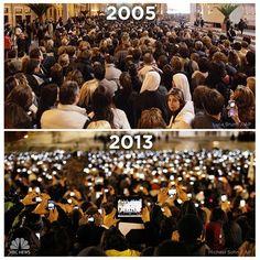 """Ein Schauplatz, zwei Jahreszahlen und ein erstaunlicher Unterschied: nbcnews hat zwei Fotos vom Petersplatz in Rom veröffentlich, die jeweils während der Papstwahl aufgenommen wurden. 2005 fotografierte Luca Bruno eine wartende Menge und auch 2013 nahm ein AP-Fotograf (es war Michael Sohn) die Wartenden auf. Der Hauptunterschied: Das Bild von gestern zeigt Smartphones und Tablet-Computer.  """"Was für einen Unterschied acht Jahre machen"""", haben die NBC-Journalisten unter das Foto gesc"""