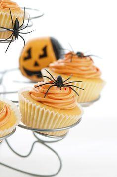 Vos petits monstres vont adorer ! Surtout s'ils mettent la main à la pâte pour la décoration. Ici les cupcakes sont glacés à l'aide d'une crème au beurre colorée en orange et décoré d'une araignée en plastique à retirer avant de les déguster (vous pouvez toutefois tenter l'option araignée en fils de réglisse !). Notez que la crème est déposée sur une partie du gâteau seulement et laisse apparaître le gâteau en dessous.