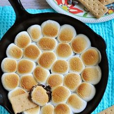 We've rounded up tons of s'mores recipes for you, including s'mores cupcakes, s'mores cookies, s'mores cheesecake, and more. These s'mores dessert recipes will be the sweetest part of your summer. Quick Easy Desserts, No Bake Desserts, Dessert Recipes, Fun Recipes, Summer Recipes, Smores Dessert, Mini Chocolate Chips, Melting Chocolate, Fresh Tomato Marinara Sauce