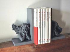 Paire de serres livres réalisés en résine aspect ciment réhaussés d'anges ailés gris, déco  charme